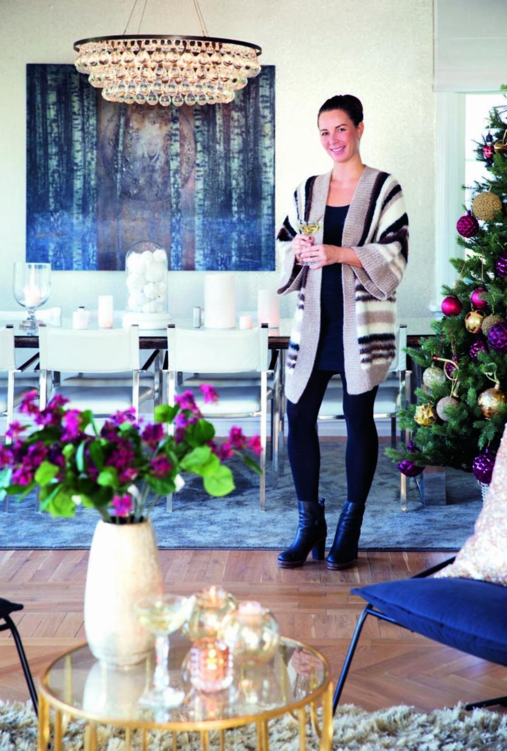 I boligen på Nordstrand hersker det en lun og inviterende stemning i julen. Treet er pyntet, lysene er tent og familien samles rundt et pent, dekket bord. Spisebordet i bakgrunnen har Thea hentet fra Spania. Det er fra Moha Design og er laget av gamle togsviller. Bildet er malt av Elisabeth Werp og taklampen Arctic Pear fra Ochre er laget av håndblåste glasskuler. Styling: Tone Kroken.
