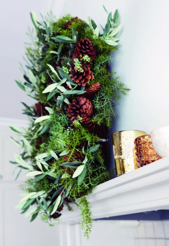 God på detaljer. På hyllen over komfyren troner en grønn og frisk krans som vitner om jul. Kransen er fra corneliashus.no. Styling: Tone Kroken.