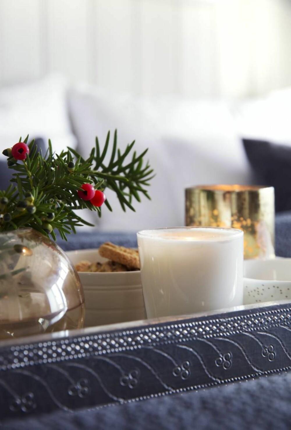 Gyllen giv. Thea har mye arvegods og glassene i krystall er noe av det eldste hun eier. I julen får de definitivt skinne på bordet. Styling: Tone Kroken.