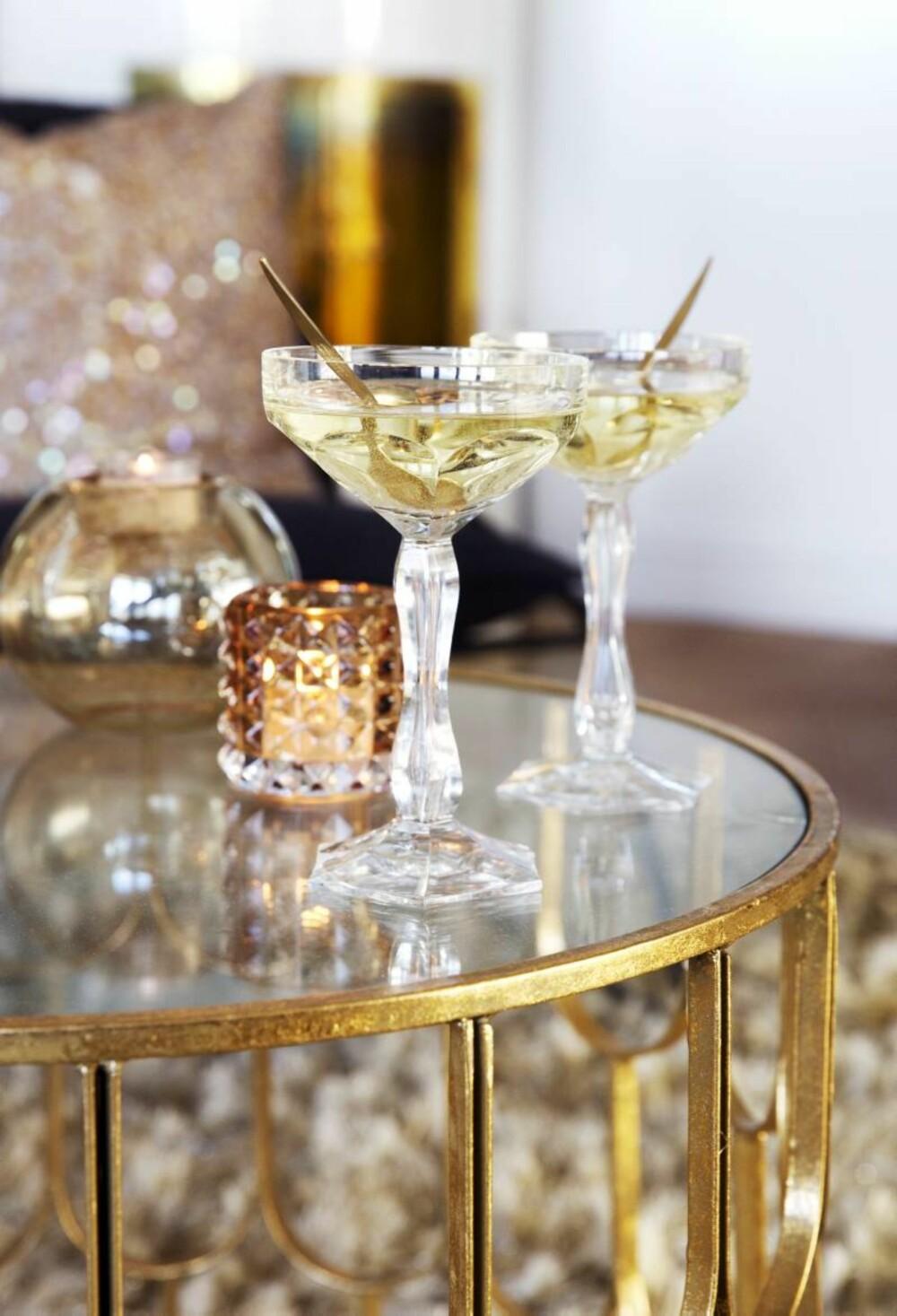 Affeksjonsverdi. De arvede champagneglassene i krystall settes frem til jul. Lyslykten er fra Bolina. Styling: Tone Kroken.