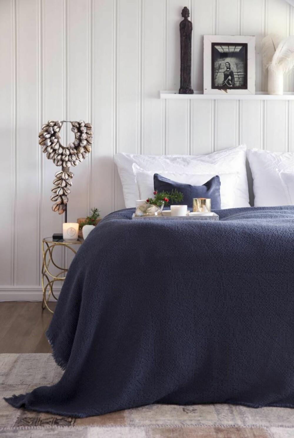 Sov søtt. Også på soverommet er balanse et stikkord. Lyse vegger gir rommet et luftig og lett preg, og de dype blåtonene gjør rommet  til et godt sted å hvile. Nattbordet og skjelldekoren er fra Anouska, og sengeteppet og putene er fra corneliashus.no. Styling: Tone Kroken.