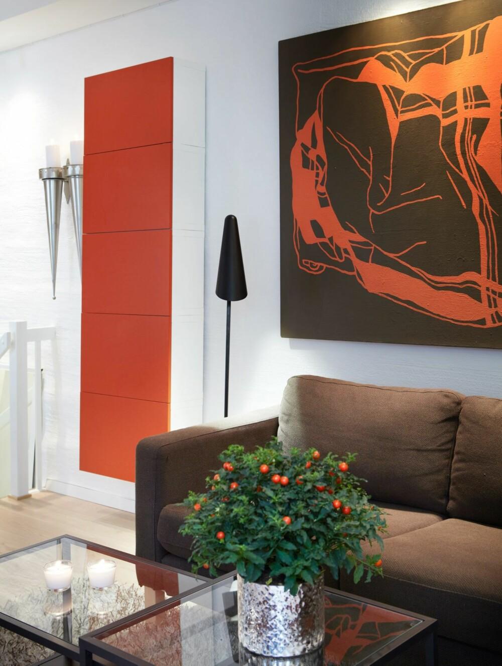 BEDRE SOM SOFAKROK: Den delen av rommet som har full takhøyde ble tidligere bare benyttet til skap. Sofaen Karlstad med ottoman, lampen og de 20 cm dype skapene samt sofabordet er fra Ikea. Bildet som samler fargene i sofakroken er kjøpt på finn.no.