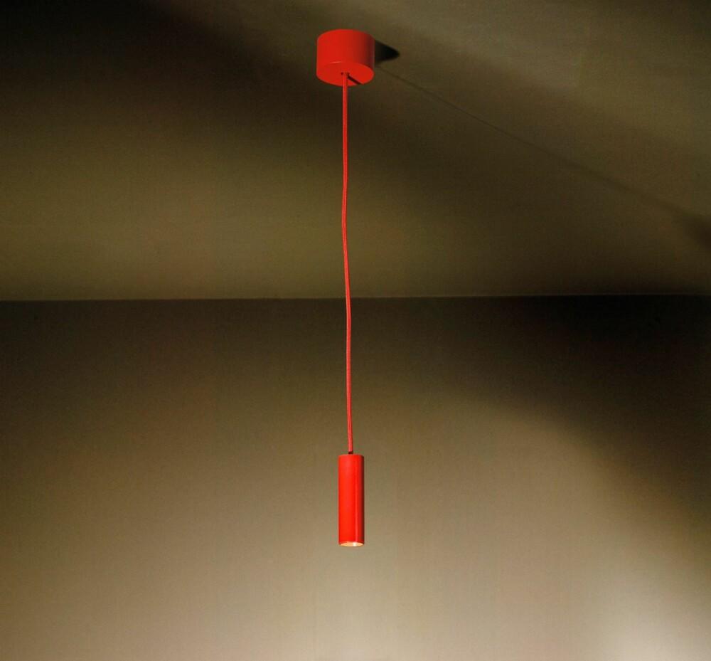 SMART SAK: Med led-teknologi kan lyskildene lages mindre, uten at lysstyrken blir svakere. Pendelen Nobel CI Red fra belgiske Tals Small Collection måler bare 3 cm i diameter, men lyser like sterkt som en 40 watts glødepære. Strømforbruket er imidlertid nede i 4 watt, og levetiden er satt til 50 000 timer, kr 1550, smlys.no.