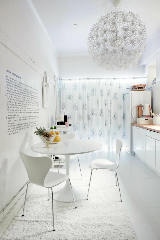 FØRT BAK LYSET: Mangler kjøkkenet ditt vindu, kan du lure øyet ved å kle veggen med en gardin og bakbelyse denne. Utsikt kan du glemme, men fornemmelsen av dagslys er da i hvert fall noe. Fra taket henger lampen Maskros, som skaper et ekspressivt lys-og-skygge-mønster på alle rommets flater når den tennes. Prosjektet er ved Siw Haveland.