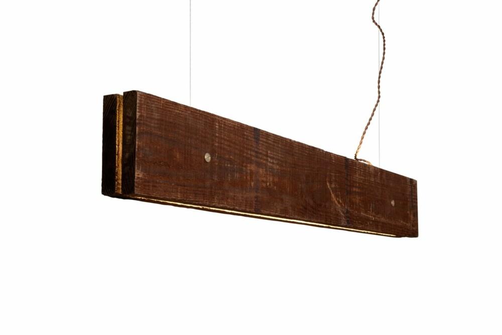 GÅ FOR PLANKEN: Lysskinnen Plank kombinerer det røffe og primitive med det høyteknologiske. Lampen er 120 cm lang, og derfor like egnet til å henge over et spisebord som over kjøkkenbenken. Led-diodene har en total lysstyrke på hele 2484 lumen, og kan dimmes ved behov. Fås i lys poppel eller Kebony (impregnert furu), kr 4990, northernlighting.no.