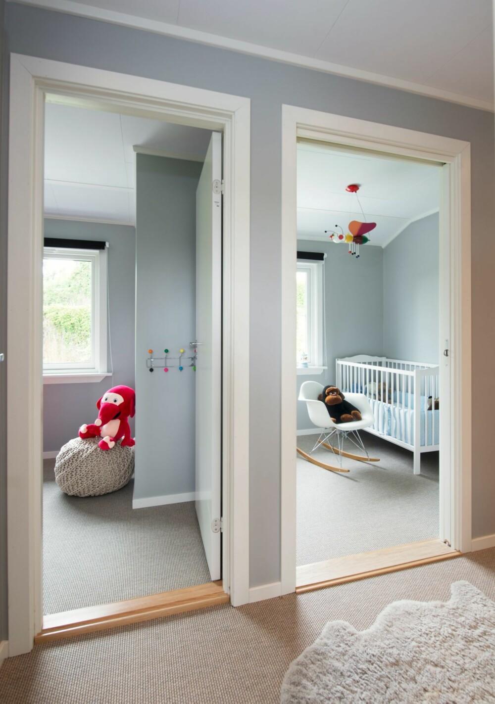 HVER SIN DØR: Det litt udefinerte rommet ble bygget om til to barnerom og én korridor. Babyrommet til høyre måtte få skyvedør for at løsningen skulle gå opp. På dagtid står dørene åpne for å slippe inn mest mulig dagslys til gangsonen. Fantorangen sitter på en puff fra Habitat.