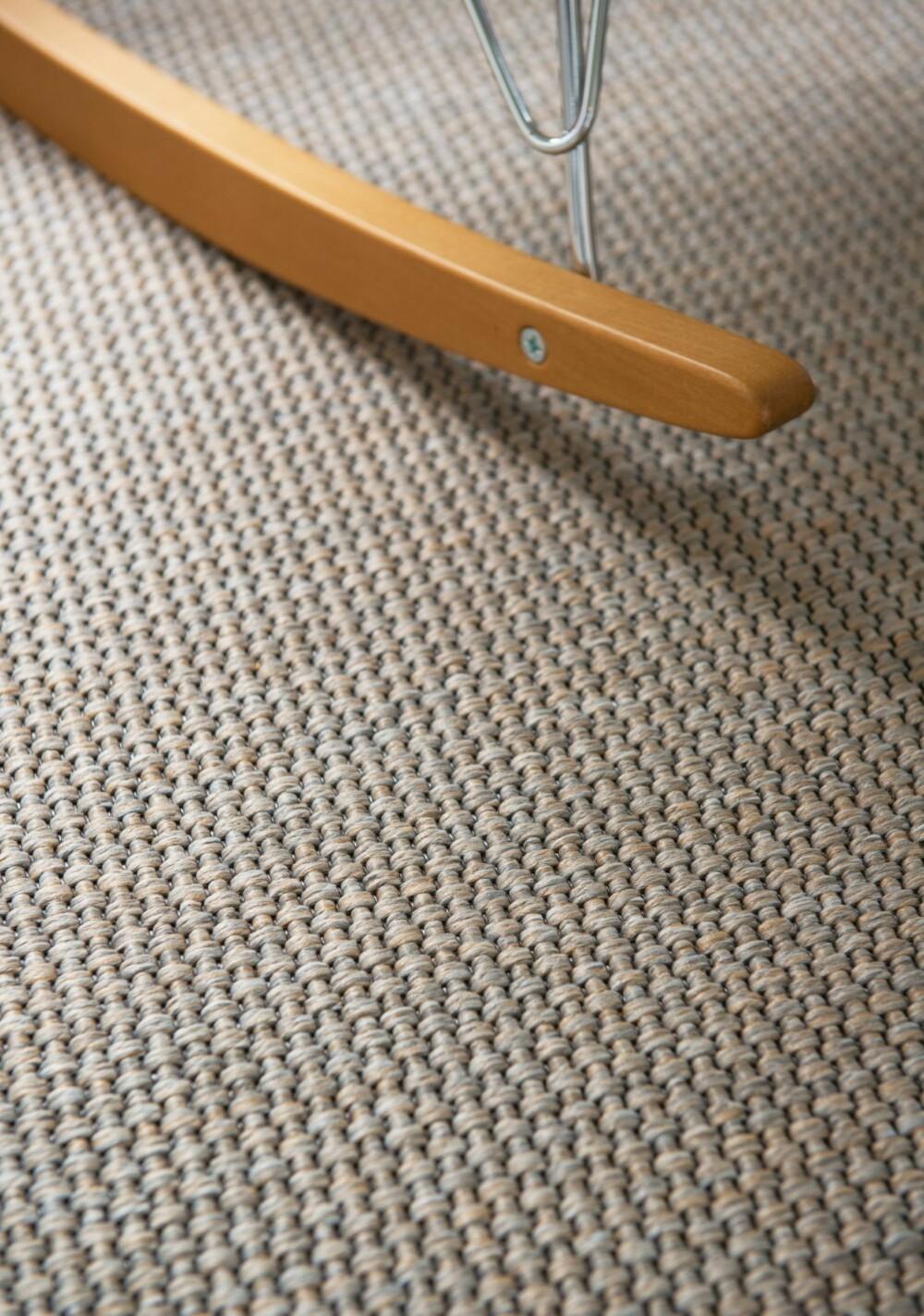VEGG-TIL-VEGG-TEPPE: Familien ønsket teppe for komfortens skyld. Men det skulle ikke være loete, og ikke for kontoraktig. Valget falt på Cantana Essence fra Ege gulv.
