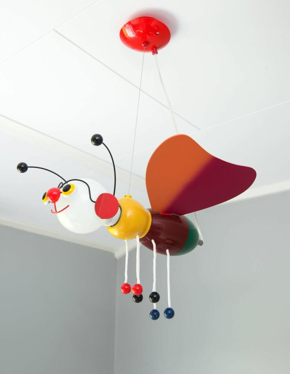 LYSENDE OG LEKEN: Sommerfuglens hode lyser opp ved behov, og er ellers et muntert innslag på babyrommet. Fra Lampehuset på Alnabru.