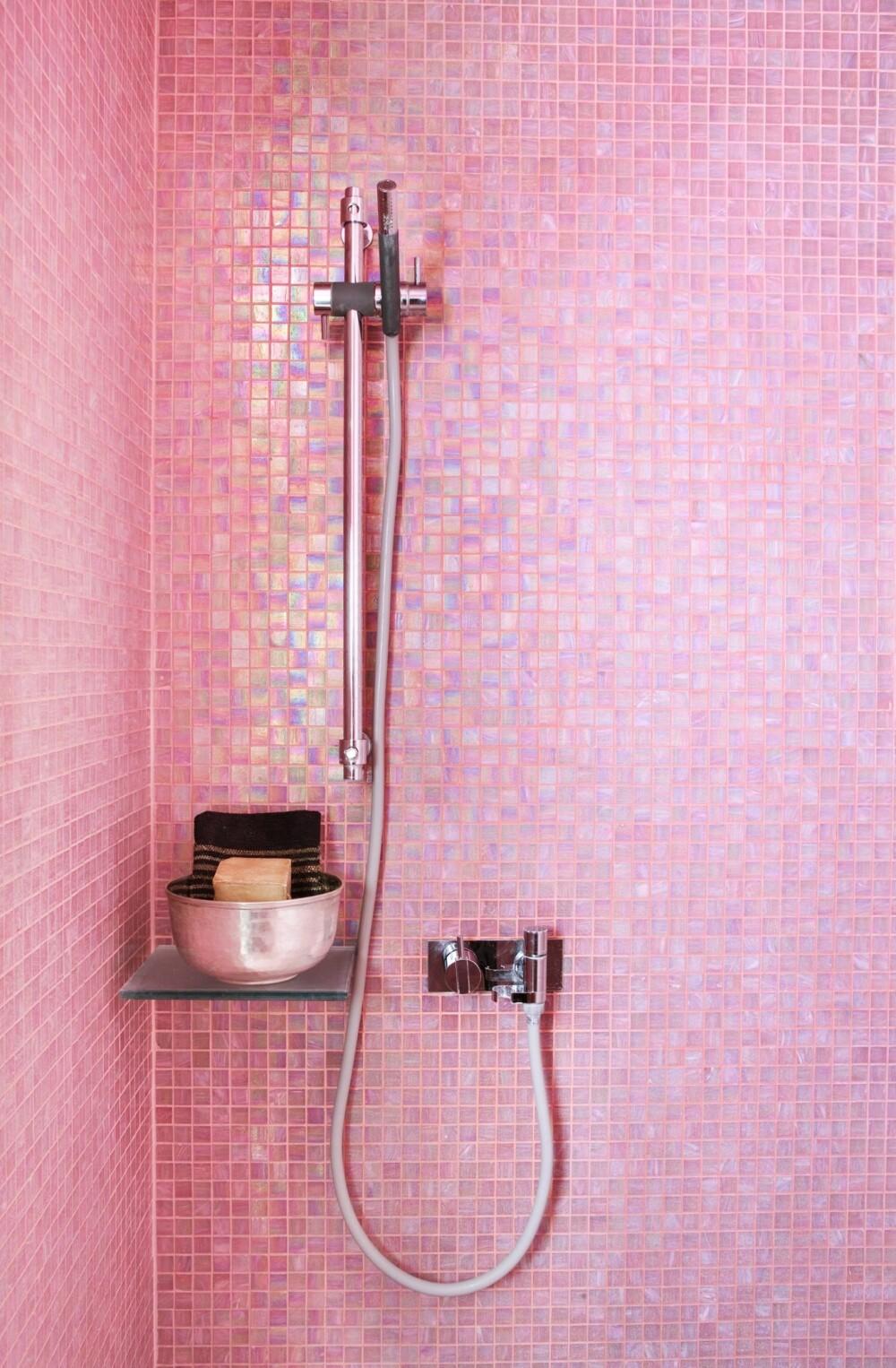 FEMININT: Småjenter får mer energi av rosa, voksne damer føler ofte ro. Menn, derimot, kan oppleve en helrosa dusjnisje som for søt og feminin til å trives der.