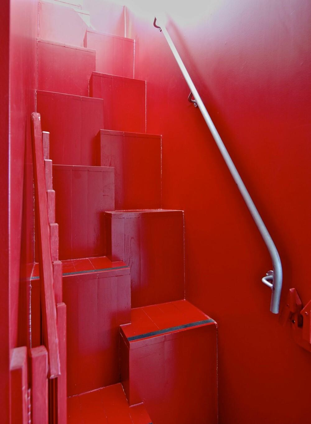 FULL FART: Rødt stimulerer til fysisk aktivitet og kan passe i en trappegang. For mange signaliserer fargen kjærlighet, men uttrykket red-light-district er også en assosiasjon, områdene der sex selges og kjøpes. Leger har oppdaget at epileptikere oftere får anfall når de har på seg røde klær.