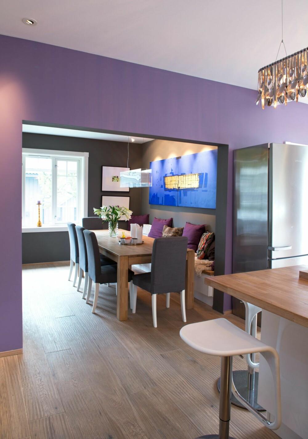KUNST PÅ VEGGENE: - Kunst hører hjemme på kjøkkenet og er nært beslektet med kjøkkenkunst. Begge deler skal være en nytelse for øyet, sier Trond. Det punktbelyste bildet over spisebordet er av hans favorittkunstner, Kjell Nupen.
