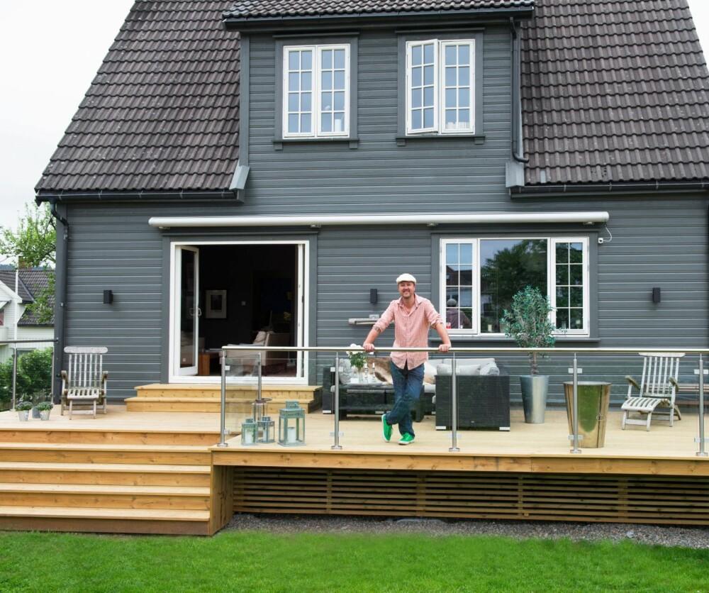 RENOVERT: Her skal Sørlandsidyllen nytes! Trond har fått bygget ny terrasse, med direkte utgang fra stuen. I sommerhalvåret oppleves derfor trevillaen som dobbelt så stor.