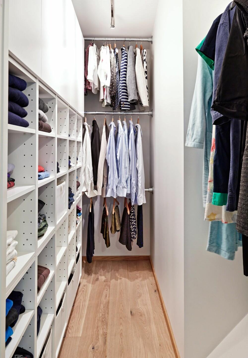 SOLID HØYDE: I garderoben er det benyttet kjøkkenoverskap og 40 cm dype moduler, Faktum fra Ikea. Hyllene er lette å heve eller senke etter behov. I enden henger tre stenger over hverandre, mellomrommet er på en meter.