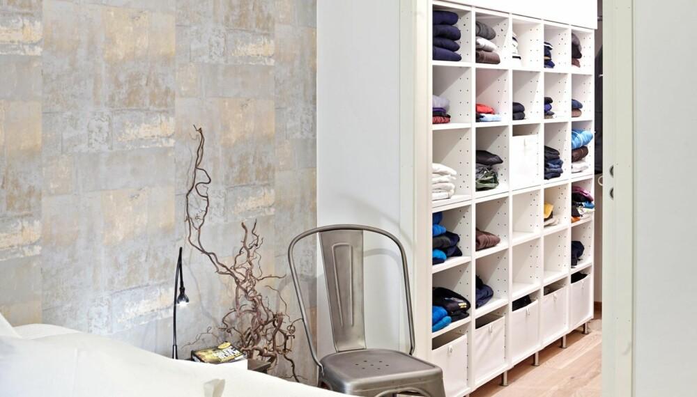 LYST GARDEROBEROM: Det mørke kleskottet er forlenget til et fire meter langt, praktisk garderoberom med lyse hylleløsninger. Rommet har tre meter i takhøyde, som etter fornyingen er utnyttet til det fulle. Parketten Coconut i børstet, matt lakk er trukket hele veien inn i garderoben for å skape helhet.