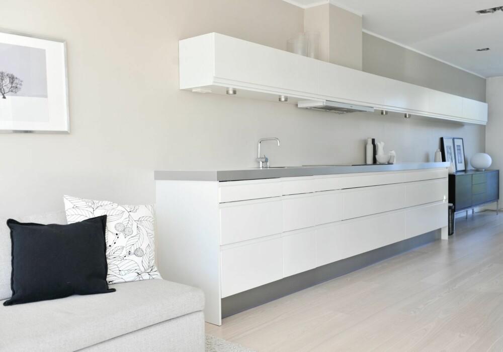 KJØKKEN UTEN ØY: Innredningen er fra HTH. - Det var populært med kjøkkenøy da vi planla kjøkkenet, men jeg er fornøyd med valget vårt, sier Trine. Armatur fra Vola, design Arne Jacobsen.