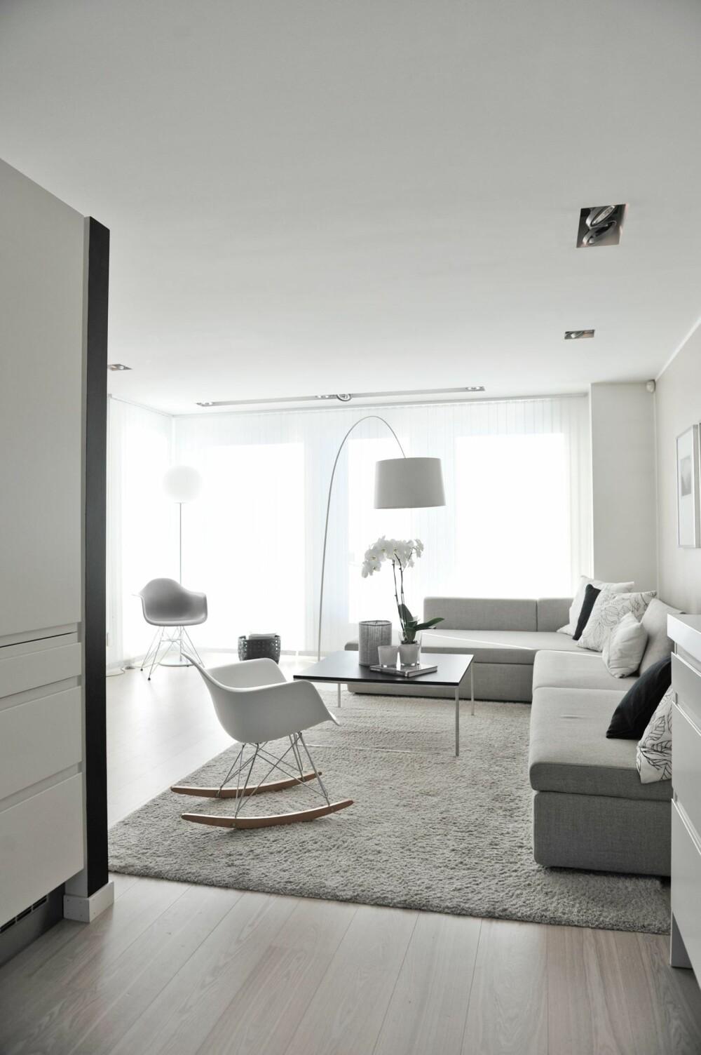GJENNOMFØRT: Trine og Marius valgte hvitoljet enstavs parkett av ask til alle gulvene. Teppet er fra Ikea, mens gyngestolen er RAR fra Charles & Ray Eames, produsert av Vitra.