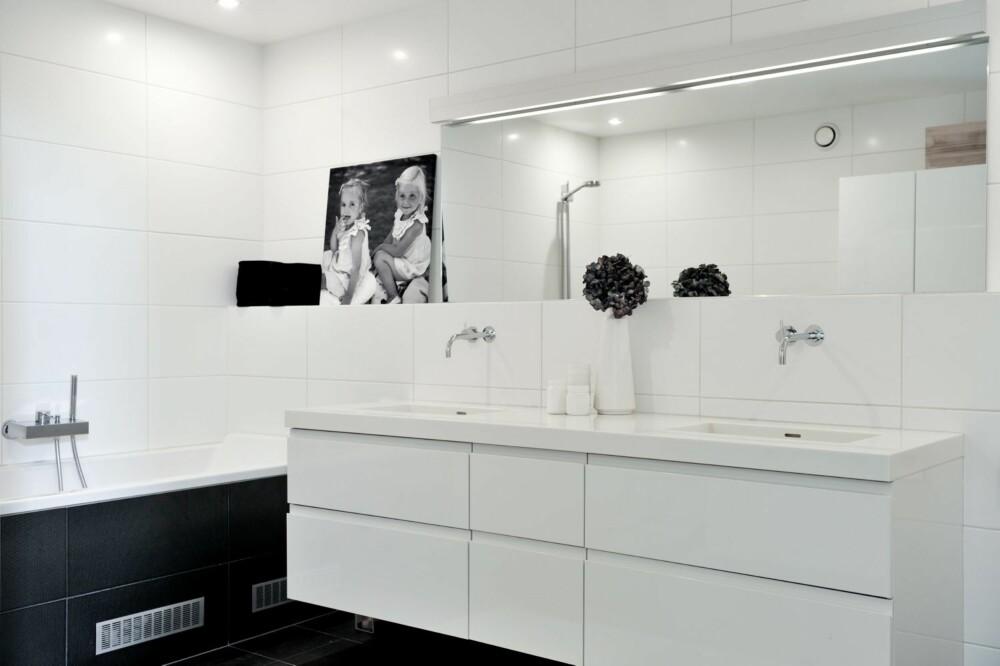 HELHETLIG: Paret valgte samme innredning på badene som på kjøkkenet for å skape en helhetlig følelse. Vaskene i Corian er spesiallaget, belysningen er fra Expo Nova.