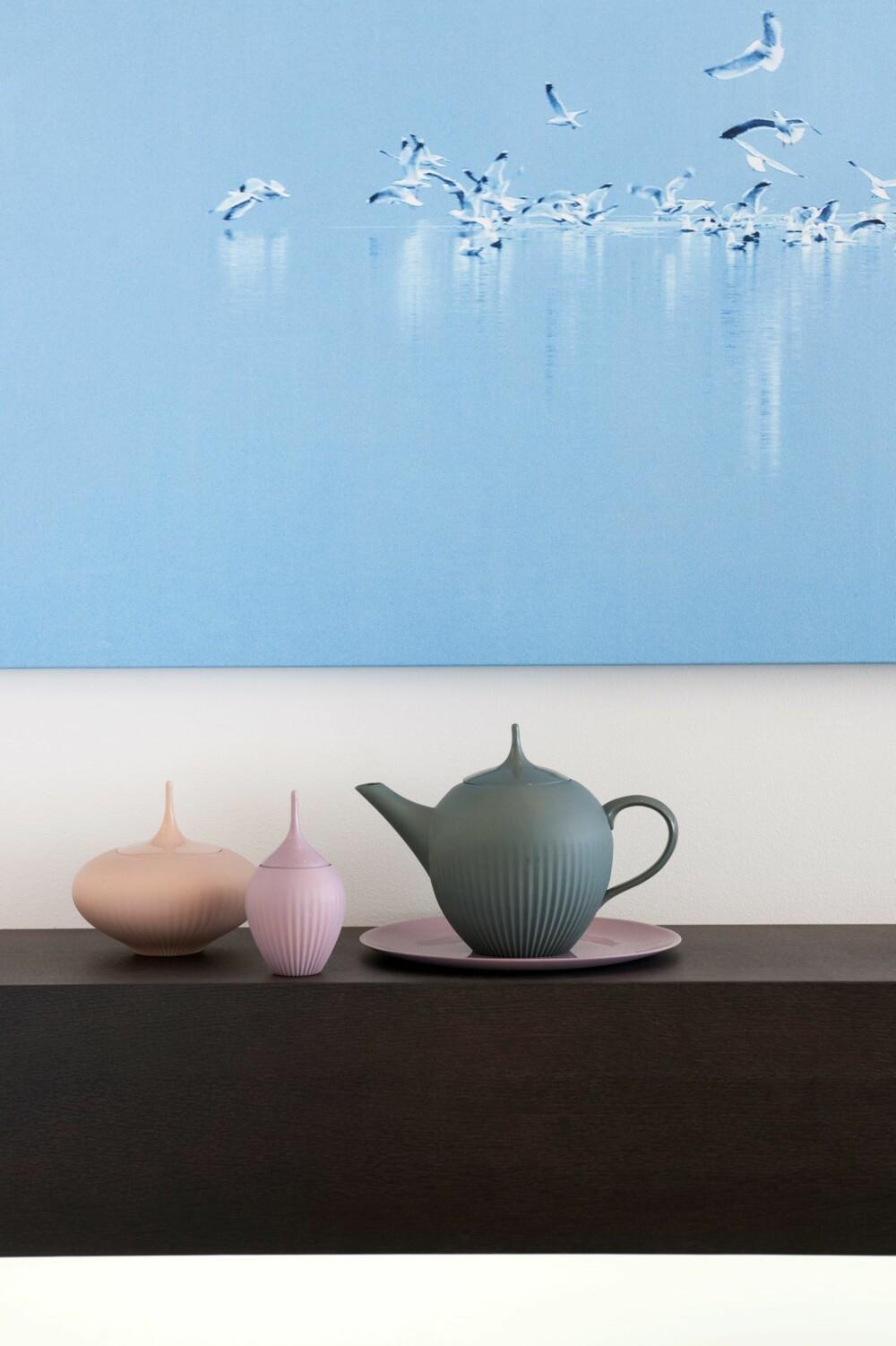 FJÆR I FJÆRA: Motivet av måkene på vannet er en konkretisering av temaet sjø, strand og luft. Fotografiet er ved Lillian Andersen og produsert hos Spitting Image. Keramikken er fra Eske.