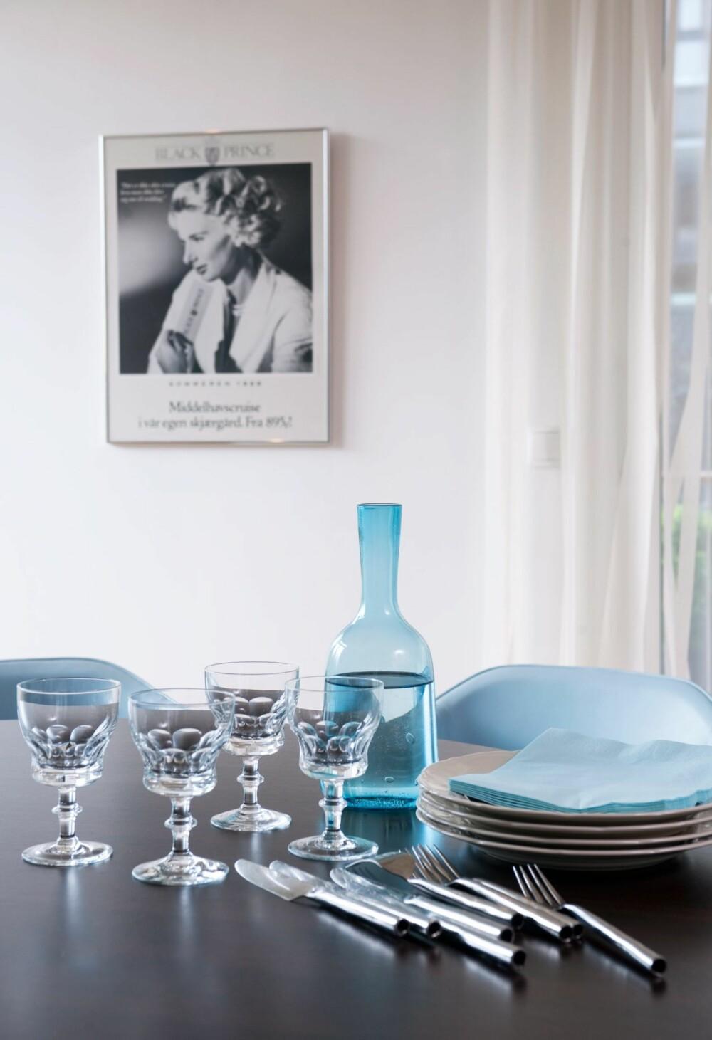 PERSONLIG BORDDEKNING: Uten gjenstander med historie er det vanskelig å skape et personlig hjem. Glass og servise har gått i arv i familien. Kvinneportrettet på veggen viser Hege som modell i en reklamekampanje. De luftige gardinene er fra Kvint Interiør.