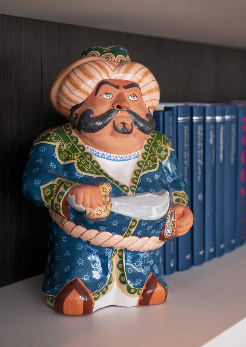 SINNA SOUVENIR: Keramikkfiguren er kjøpt på en mellomlanding i Turkmenistan. De få tingene Hege hadde med seg kommer ekstra tydelig frem i den nye leiligheten.