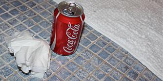 RENGJØR FUGER: Litt Cola på en klut er det perfekte redskapet når du skal skubbe fugene rene og flekkfrie.