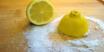 VEKK MED FLEKKER: En skjærfjøl i tre blir som ny etter en omgang med salt og sitron.