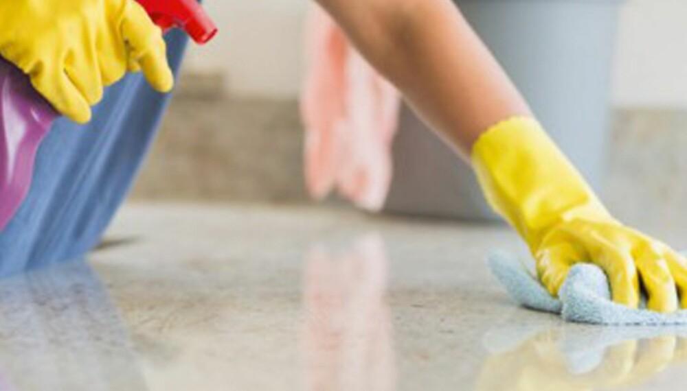 KJEMISK KRIGFØRING: Vi er redde for skitt og lort, og benytter oss av et helt arsenal av ulike rengjøringsmidler for å få det rent.