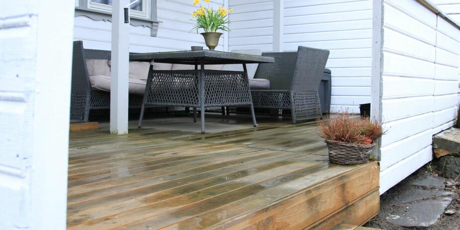 VASKE TERRASSE: Ekspertene fraråder å bruke høytrykksspyler når du skal vaske terrassen.