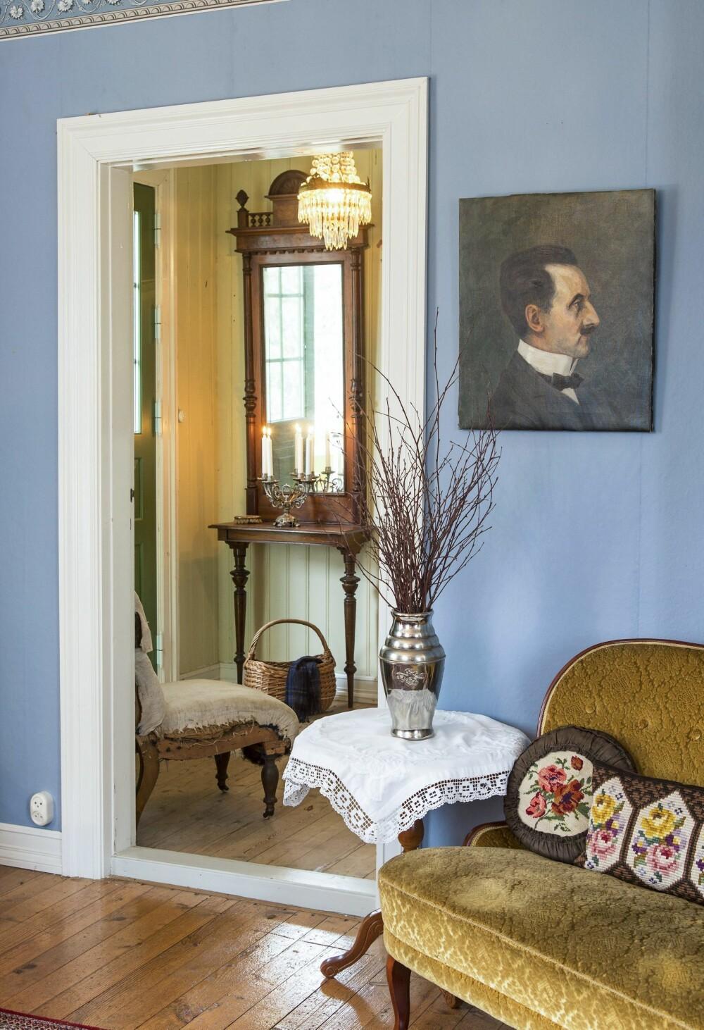 STASELIG: Lars Johan aner ikke hvem den staselige mannen på portrettmaleriertet er, men han kunne ikke motstå bildet da han kom over det på auksjon for noen år siden. Konsollspeilet fra forrige århundreskifte kjøpte huseieren som 17-åring.  FOTO: Helge Eek