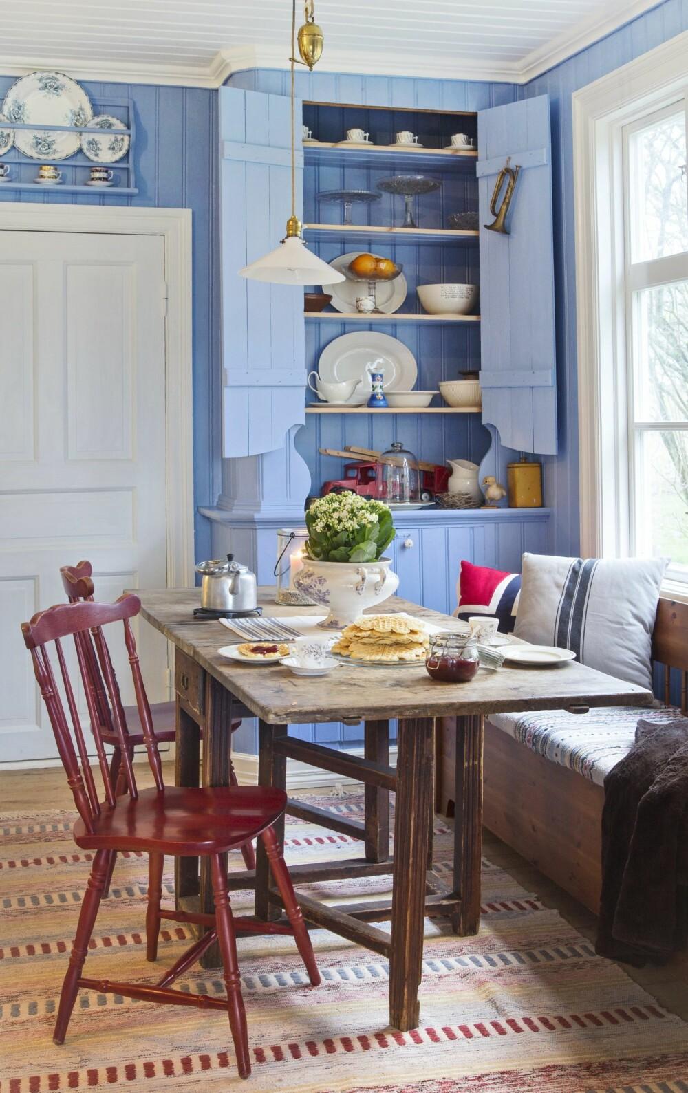 FATTIGMANNSBLÅ: Det plassbygde skapet i hjørnet er originalt og Lars Johan har malt det med tradisjonell linoljemaling. Fargen kalles fattigmannsblå og ble ofte brukt i gamle hus. FOTO: Helge Eek