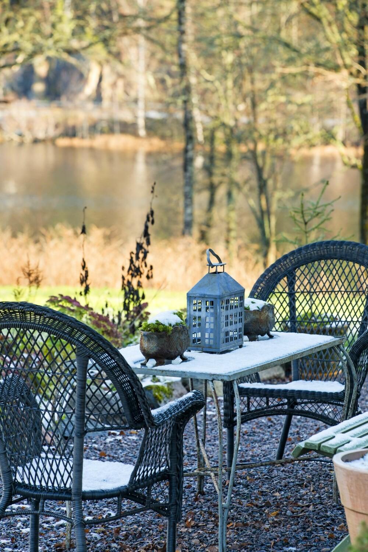 UTSIKT TIL INNSJØ: Lars Johan er så heldig å ha funnet et hus med en fantastisk utsikt. Huset ligger idyllisk til med utsikt til innsjøen foran og skogen bak. FOTO: Helge Eek