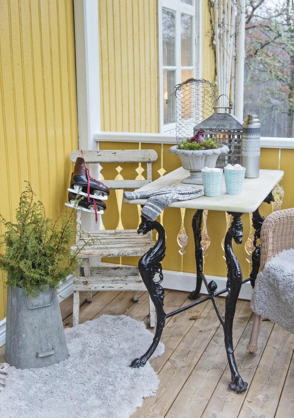 TRAPP MED SITTEPLASS: Kvister og små trær er koselig pynt på trappa, hor det også er sitteplass. FOTO: Helge Eek.
