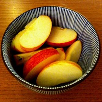 TREKKER VEKK LUKT: Sett fram en skål med oppkuttede epler, de trekker til seg den vonde lukten du vil bli kvitt.