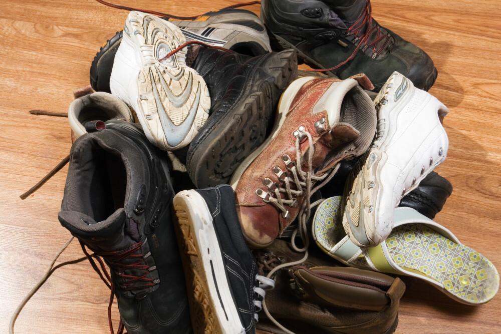 SKO: Sko får du bort fra gulvet ved å sette en bokhylle inn i klesskapet.