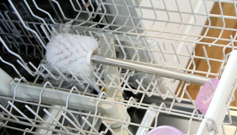 DÅRLIG MAGEFØLELSE: Det faktum at vi selv la plastfolie i oppvaskmaskinen for å ta dette illustrasjonsbildet, sier litt om magefølelsen for å vaske toalettbørsten i maskinen. Men i teorien skal bakteriene bli drept på det varmeste programmet.