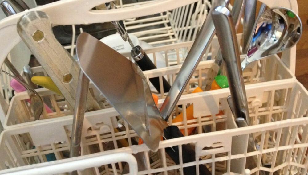 IKKE RENT: Sjekk hva det kan bety at oppvaskmaskinen ikke gjør bestikket og fatene dine rene.