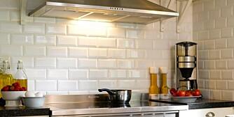 RIKTIG BRUK AV KJØKKENVIFTE: En kjøkkenvifte bør settes i gang fem til ti minutter før matlagingen for å skape et nødvendig undertrykk for å suge ut matosen.