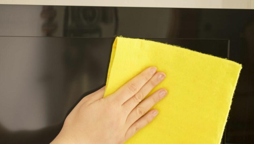 VASK NÅR KALD: Mange skrur på TV-en og begynner så å rengjøre. Du bør gjøre omvendt.