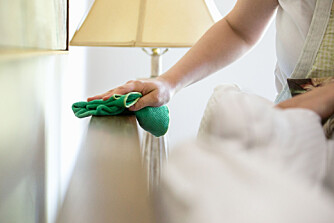 TØRR RENGJØRING: Bruk en tørr mikrofiberklut når du tørker støv.