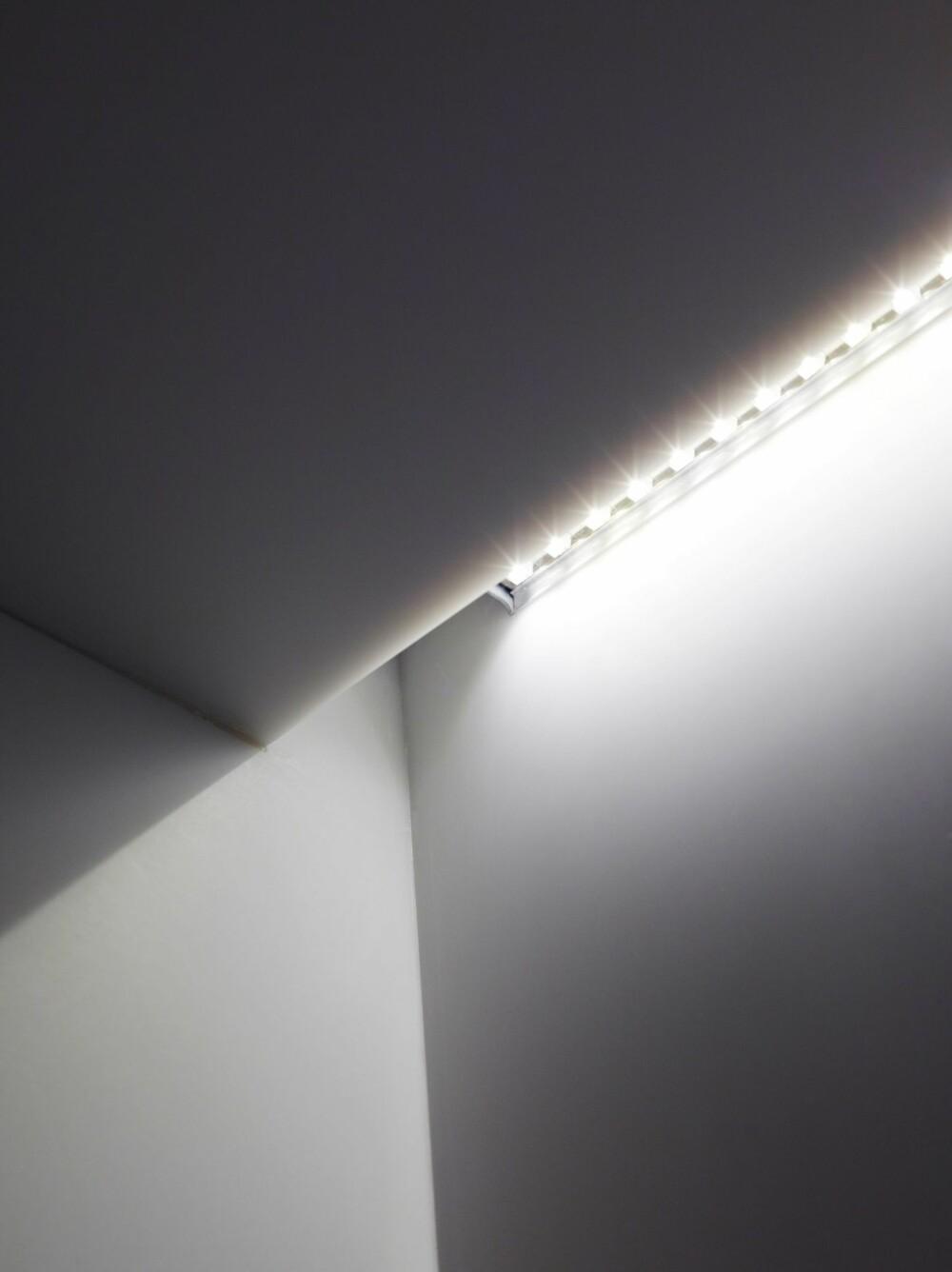 GOD BELYSNING: Dette 3,5 kvm store rommet er uten vinduer. God belysning er desto viktigere. Ledlisten som er skjult oppunder overskapene sørger for gode arbeidsforhold ved benken. Prosjektet er ved arkitekt Henrik Nømm, a-tract.no.