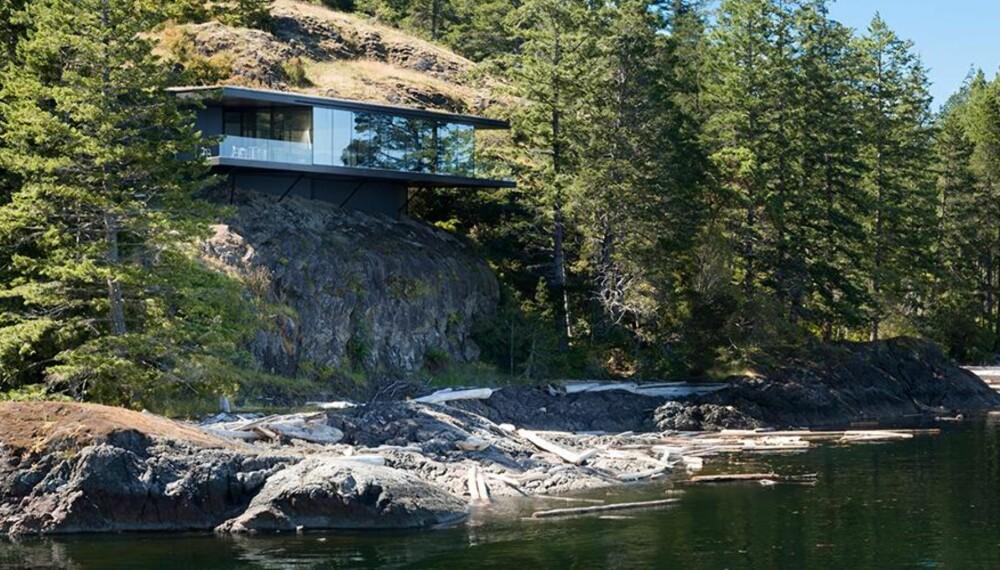 HENGENDE HUS: Dette huset i Canada henger drøye ti meter over vannoverflaten. (FOTO: James Dow/Patkau architects)