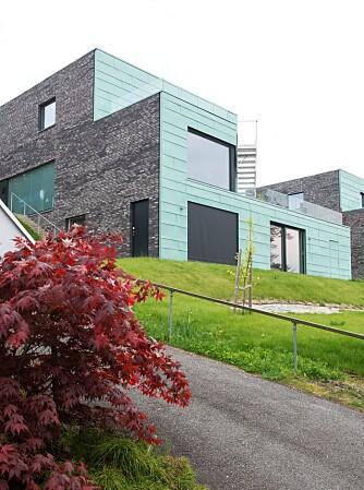 KOBBERKLEDD: Arkitektene jobbet med ulike materialer, men endte på grønn kobber i front på grunn av varighet og hensyn til omgivelsene. Kobberfasaden er trukket ut slik at solavskjerming ligger integrert i fasaden.
