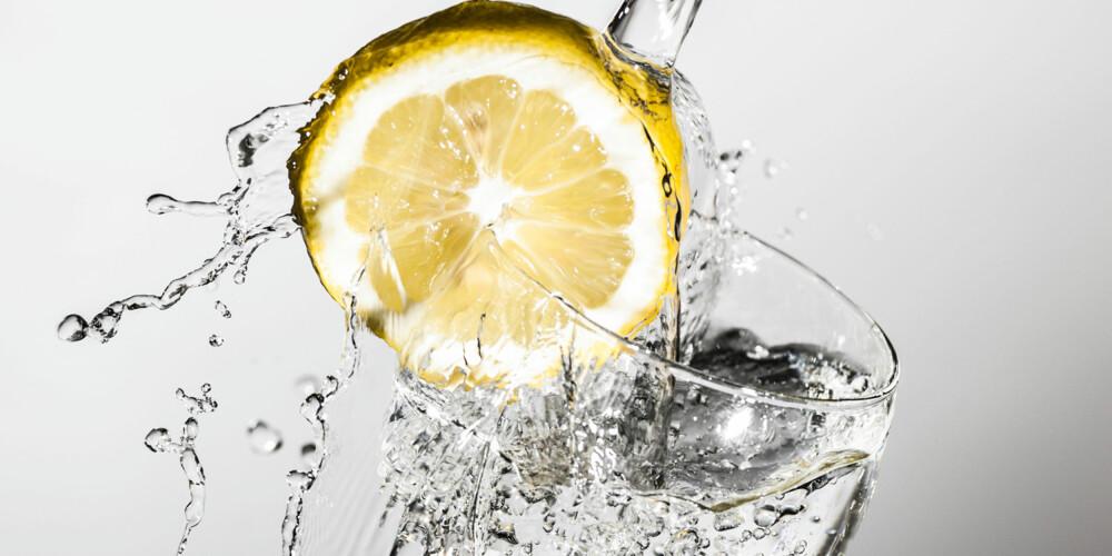 SER DELIKAT UT, MEN...:Skallet er forurenset med bakterier, og skiven blir puttet på glasset med hendene, derfor er disse sitronskivene potensielle smittebærere.