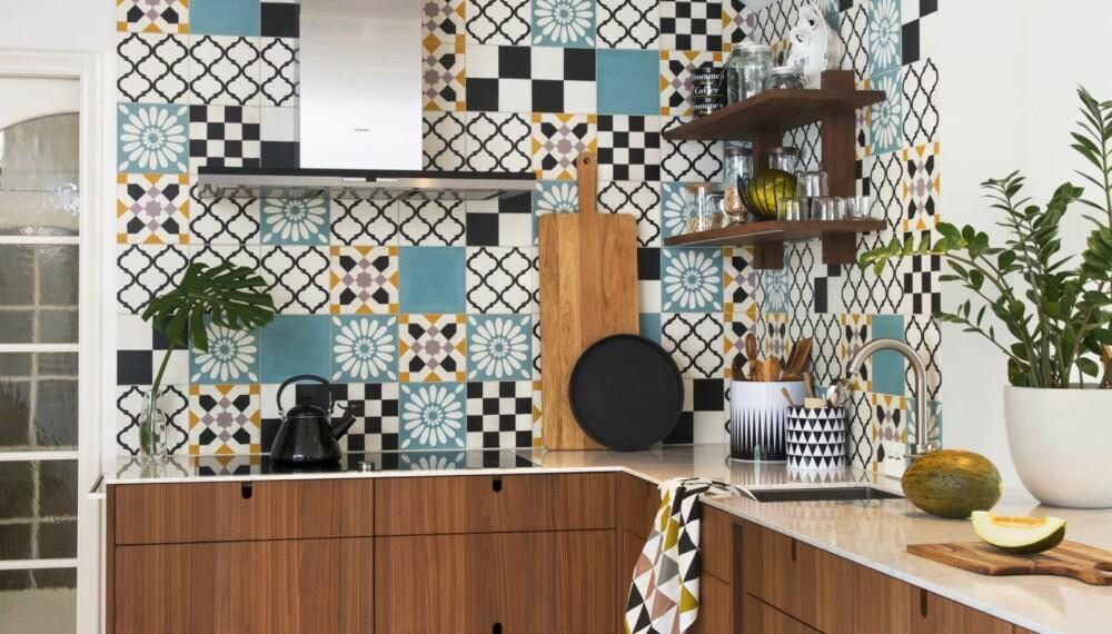 HJEMMETEGNET: Kjøkkenet har beboerne tegnet i samarbeid med smartinredning.se. Finerfrontene er i valnøtt og har flere markante detaljer, som håndtakene. Gulvbordene i furu heltre er 2,5 cm tykke, 18,5 cm brede og er malt med hvit gulvmaling fra Flügger. Komfyren er 90 cm bred og har fem plater. Stor brødfjøl fra Åhléns, den på benken er fra Jamie Oliver. Håndkle fra Ferm Living, Rafens. Styling: Juni Hjartholm.