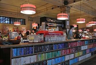 UNDERHOLDNING: Bøker, aviser, magasiner og spill, denne kafeen har masse av alt - og du kan handle med deg mye av det, om du ønsker det.