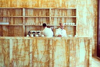 KURIØST: At et London-hotell i et tradisjonelt strøk disker opp med en kaffebar med moderne dekor som dette, ja det kan vi like!