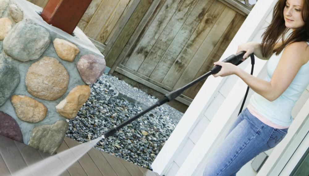 FORSIKTIG: Den kraftige vannstrålen fra høytrykkspyleren kan føre til at vann trenger inn i konstruksjonen. Derfor må du ikke stå for nærmere treverket.