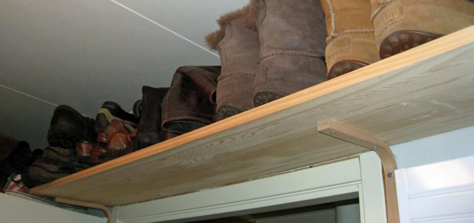 OVER DØRER OG SKAP: I en liten bod handler det om å utnytte plassen, som en skohylle over døren.
