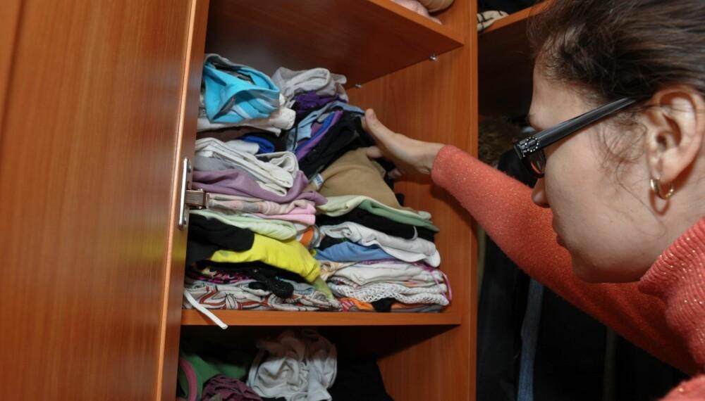RYDDETIPS: Vi gir deg 11 tips for en ryddig garderobe. Visste du for eksempel at det kan lønne seg å brette sokkene sine heller enn å rulle dem sammen?