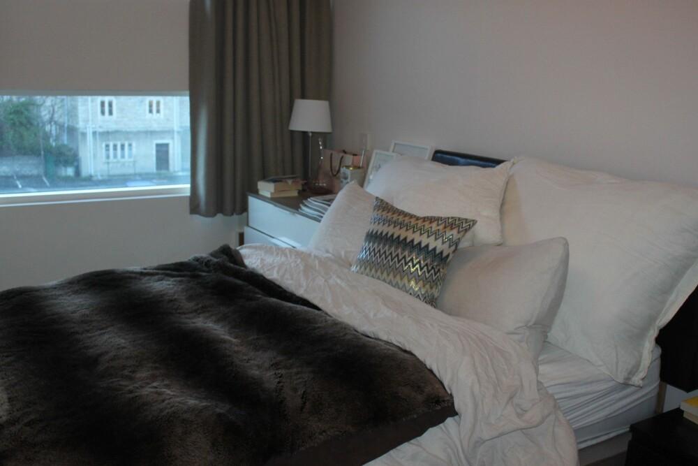 INNBYDENDE: Det er mye hyggeligere å legge seg i en pent oppredd seng enn en rotete en. FOTO: Trine Jensen